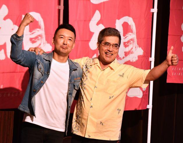 演説を終え、山本太郎氏(左)と肩を組む野原善正さん=7月3日夜、東京