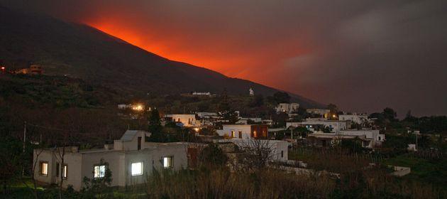 El volcán Stromboli entra en erupción y los turistas se echan al mar por