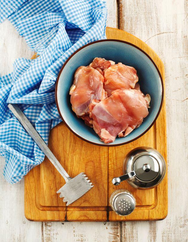 Frangos com salmonela barrados na Europa voltam e são vendidos no Brasil, diz