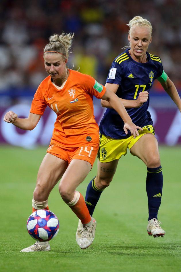 Jackie Groenen, de Holanda, pelea el balón con la sueca Kristine Minde, durante el partido de