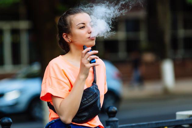 Cigarros eletrônicos afetam células do cérebro e aceleram