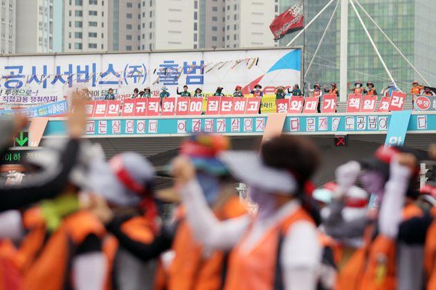 지난달 30일부터 서울요금소 구조물 위에 올라가 고공농성 중인 노조원들. 이들은 한국도로공사가 정규직 전환 과정에서 수납원들을 별도의 자회사를 통해 고용하는 데 반대하고 있다. 노조...