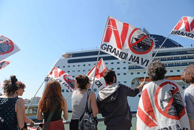 伊北部ベネチアで、巨大クルーズ船が観光客船に衝突した後、大型船の来航に抗議する人々(イタリア・ベネチア)