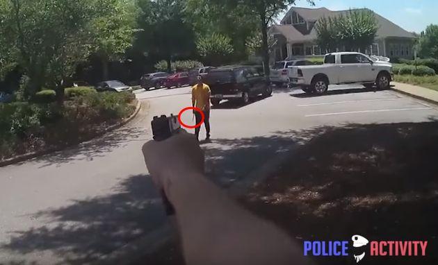 미국 경찰은 흉기 든 남성을 사살하는 장면을 왜