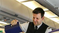 Αεροσυνοδός προκαλεί υστερικό γέλιο στους επιβάτες με τον τρόπο που κάνει την επίδειξη