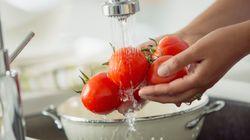 Sim, existe um jeito correto de lavar frutas e verduras. E nós te ensinamos