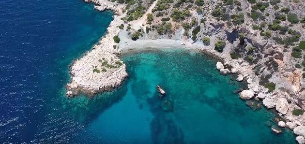 Κόγχη: Η κρυφή παραλία της Σαλαμίνας με τον Φάρο που θα σας ταξιδέψει στο