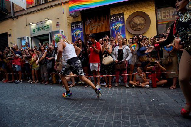 Concorrentes participam da corrida anual de salto alto durante as celebrações do Orgulho...