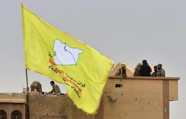 """시리아민주군(SDF)의 노란색 깃발이 이슬람국가의 마지막 거점이었던 시리아 동부도시 바구즈의 한 건물에 걸렸다. 시리아민주군은 성명을 내 """"이슬람국가의 영토가 100% 상실됐다""""고"""