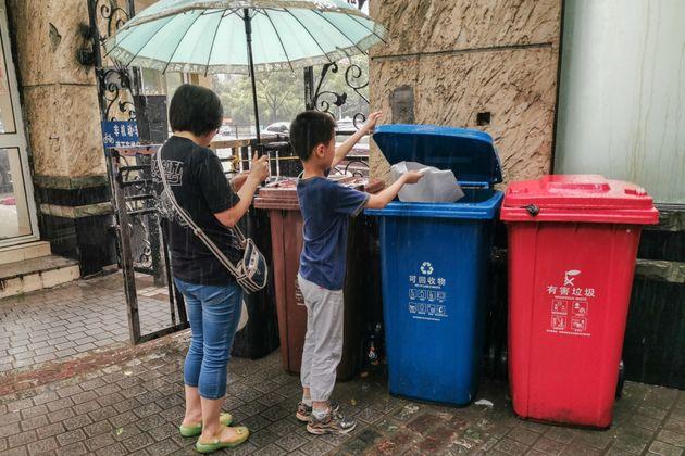 ゴミを捨てる市民(上海)