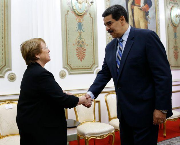 Michelle Bachelet y Nicolás Maduro se saludan en el Palacio de Miraflores, el pasado 21 de