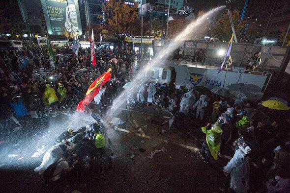 2015년 11월 14일 밤 서울 광화문 일대에서 민중총궐기 대회를 하려던 시민들에게 경찰이 물대포를 쏘고 있다.
