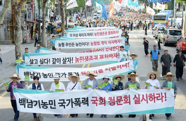 2016년 6월 25일 서울 종로구 대학로에서 열린 '2016 전국농민대회'에 참석한 농민들과 집회 참가자들이 백남기 농민 청문회 실시와 농민생존권을 요구하며 행진을 하고 있다.