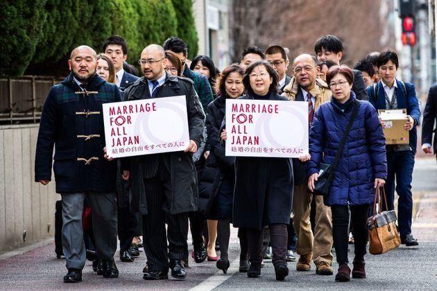 2019年2月14日、同性婚を求める訴訟に向かう原告たち(東京地裁前)