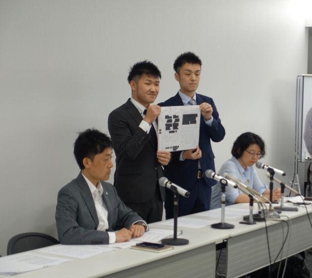 記者会見するこうすけさん(中央左)とまさひろさん(中央右)。