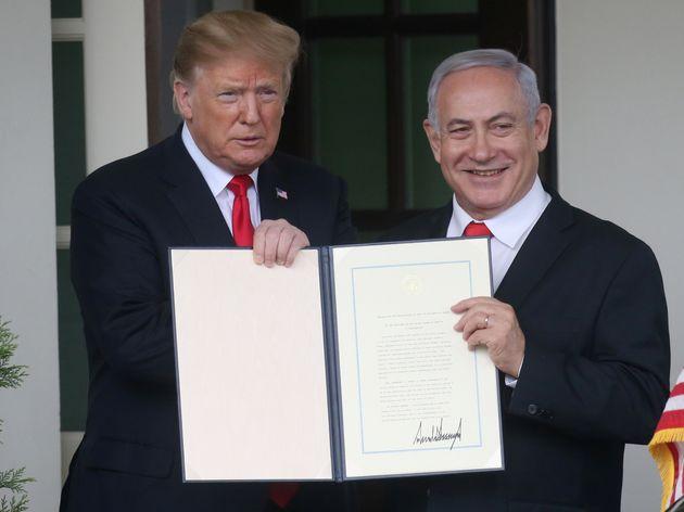 Donald Trump y Benjamin Netanyahu, el pasado 25 de marzo en la Casa Blanca, con el documento que reconoce...