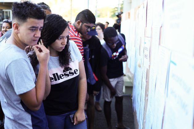 Estudiantes franceses consultan sus notas en Saint-Dénis de la