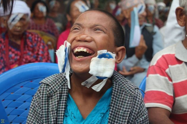 Νεπάλ: Η στιγμή που τυφλό αγόρι βρίσκει την όρασή του - Η αντίδρασή του