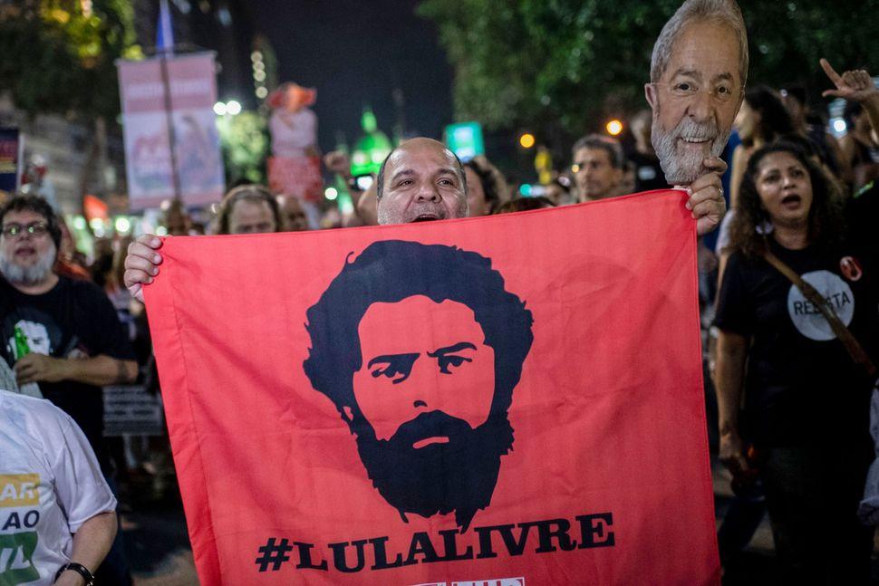 Un partisan de l'ancien président Luis Inacio Lula da Silva tient un drapeau réclamant...