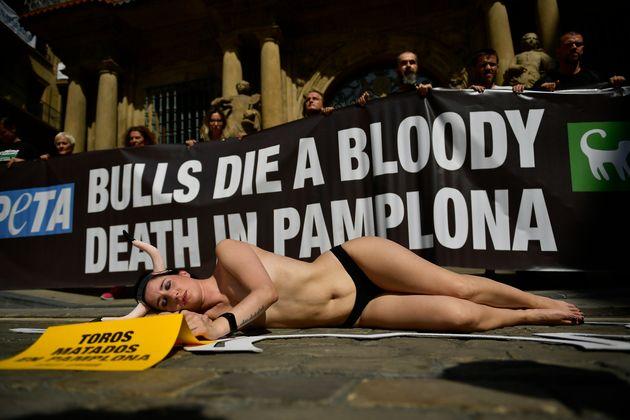 Ημίγυμνοι και με λόγχες στην πλάτη - Διαμαρτυρία για τις ταυροδρομίες στην