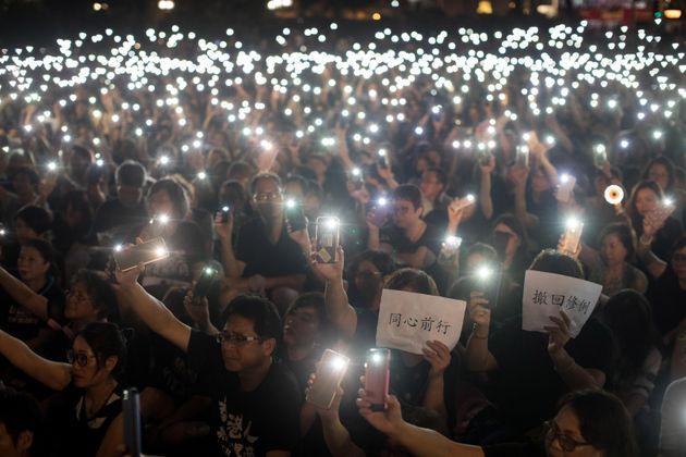 Cientos de manifestantes participan en una protesta convocada por