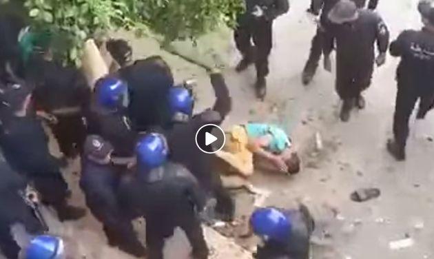 20e vendredi à Alger: Des manifestants à terre violemment tabassés par des policiers