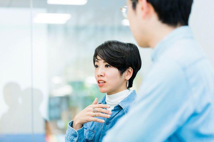 """水野綾子(みずの・あやこ)。編集者。出版社で雑誌の編集を経て、2015年から編集業に加えて""""人のPR業""""を開始。2017年に家族で熱海に移住。東京での仕事を続けながら、週4日、新幹線で熱海・東京間を行き来するサーキュレーションライフ(循環型生活)を送る。二拠点、複業など「多様な働き方」を熱海から実践、発信中。2018年には、ビズリーチの『地域貢献ビジネスプロ人材』に、熱海市の地元企業と都市部の人材をつなぐコーディネーターとしてかかわる"""