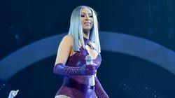Η Cardi B έβγαλε την περούκα της κατά τη διάρκεια συναυλίας, την πέταξε στο κοινό και τώρα τη ζητάει