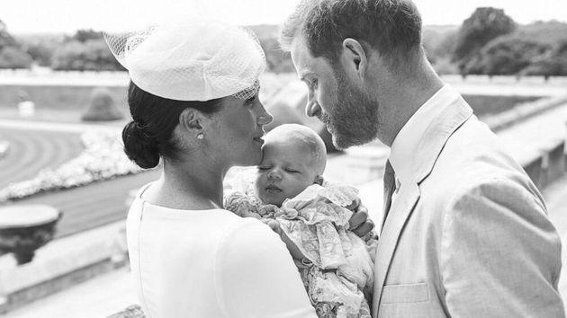La foto privata con cui Meghan e Harry hanno comunicato al mondo il battesimo di