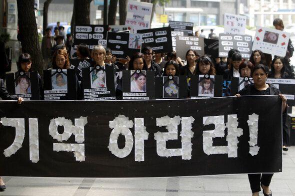 결혼이주여성들이 2011년 6월2일 서울 중구 국가인권위원회 앞에서 가정폭력으로 사망한 이주여성들의 추모제를 마친 뒤 희생자들의 영정과 가정폭력을 비판하는 손팻말을 들고 여성가족부로...