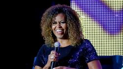 De cabelo cacheado, Michelle Obama reforça que é uma inspiração para todos