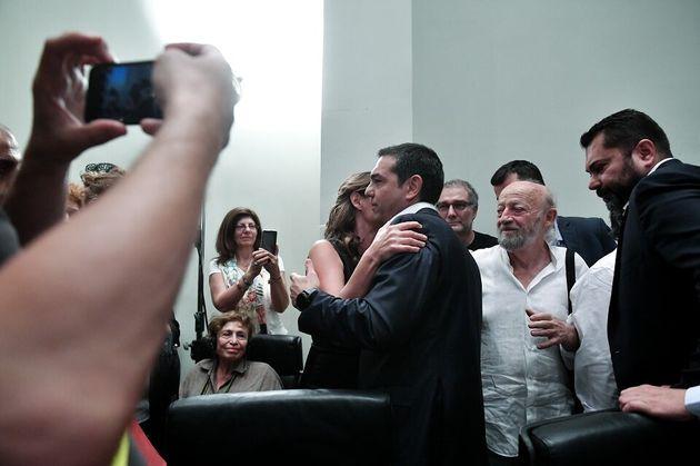 Το φιλί παρηγοριάς της Μπέτυς Μπαζιάνα στον ηττημένο Αλέξη