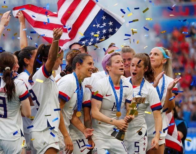 2019 FIFA 여자 월드컵 결승에서 네덜란드를 꺾고 우승을 차지한미국 대표팀 선수들이 트로피를 들어올리고 있다. 리옹, 프랑스. 2019년