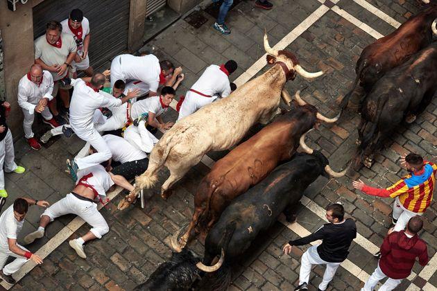 Los peligrosos Cebada Gago protagonizan un segundo encierro de San Fermín rápido con cuatro heridos,...