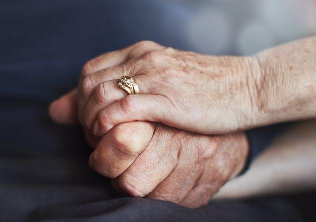 Chiama il 118 per il marito stroncato da infarto, pochi minuti dopo muore anche