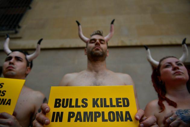 La corsa dei tori di Pamplona lascia 3 incornati e 5