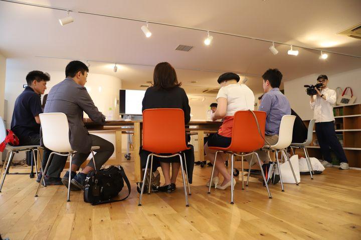 ディスカッションの中で各社の事例などを紹介し合う参加者たち(手前)