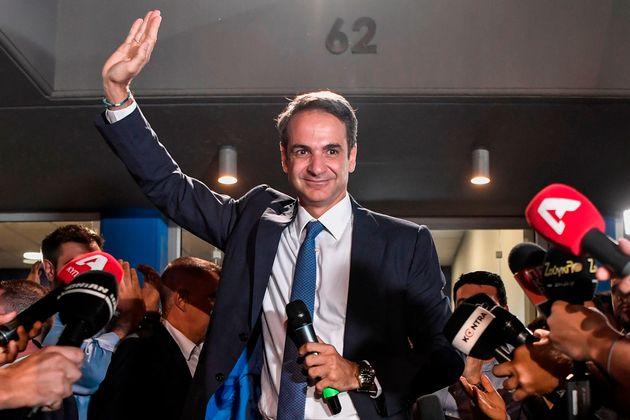 7일 총선에서 승리가 확정된 후 키리아코스 미초타키스 신민당 대표가 지지자들의 환호에 답하고 있다. 아테네, 그리스. 2019년