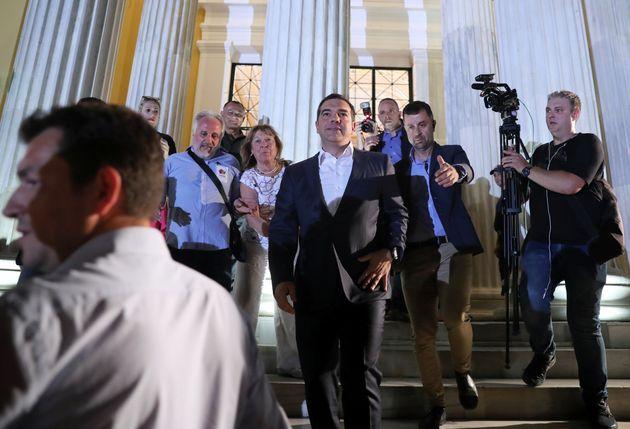알렉시스 치프라스 총리가 선거 결과에 대한 입장을 밝힌 뒤 기자회견을 떠나고 있다. 아테네, 그리스. 2019년