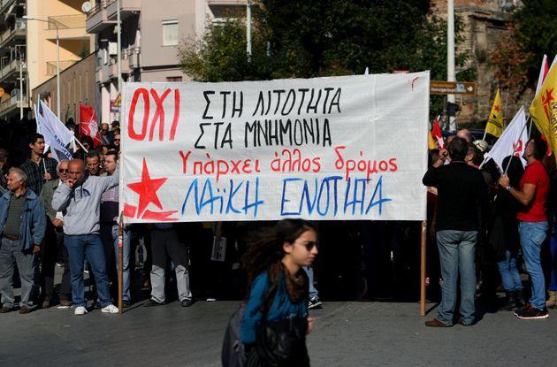 지난 2015년 치프라스 총리가 끝내 3차 구제금융에 합의한 이후 그리스 곳곳에서는 추가 긴축에 반대하는 시위가 열렸다. 사진은 치프라스 정부 출범 이후 처음으로 진행된 노조 총파업...