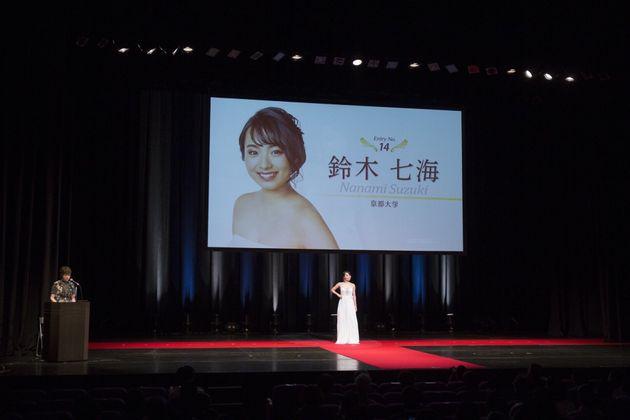 ミス・ワールド・ジャパン京都大会の壇上に立つ鈴木七海さん