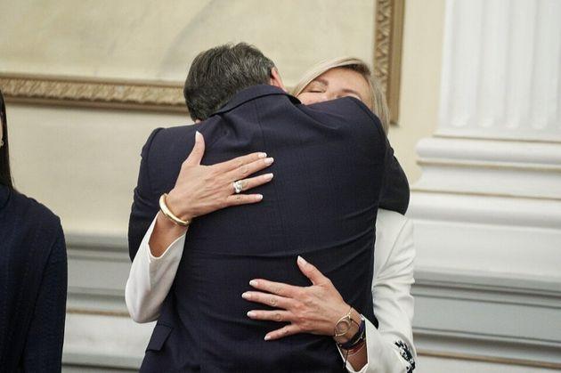 Η στοργική αγκαλιά της...