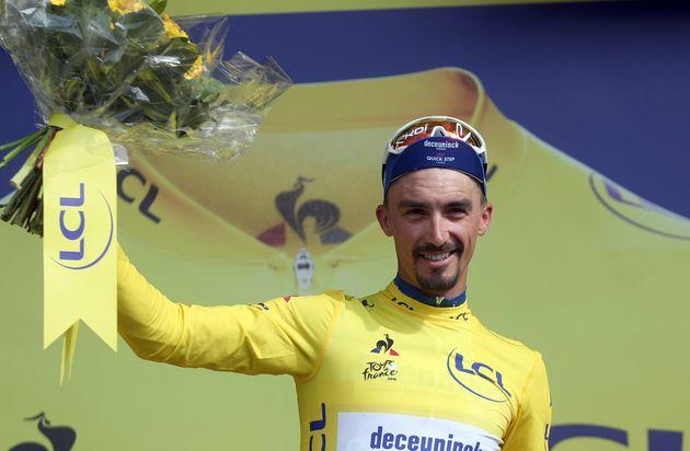 Julian Alaphilippe sur le podium du Tour de France à Épernay le 8 juillet