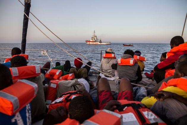 Migranti, navi della marina e Guardia di finanza a difesa dei