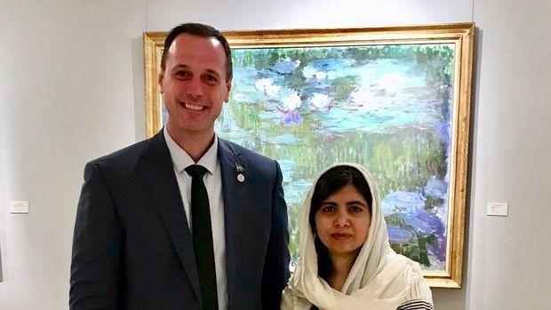 Das Foto mit Malala Yousafzai brachte Bildungsminister Roberge nicht den erhofften Effekt (Bild: Jean-F. Roberge/Twitter)