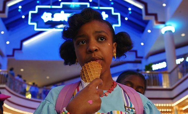 Priah Ferguson rouba a cena como Erica, irmã mais nova de