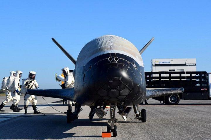 Photo d'archives duvéhicule X-37B après son atterrissage à la base du centre spatial Kennedy de la NASA à Cape Canaveral, en Floride, le 7 mai 2017.