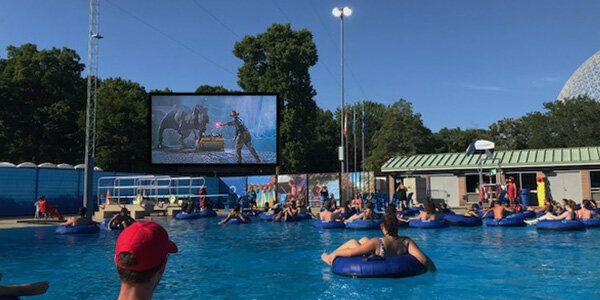 Un cinéma flottant dans cette piscine de