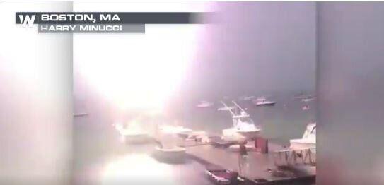 Βίντεο: Ιστιοπλοϊκό χτυπιέται από κεραυνό ενώ είναι δεμένο στο