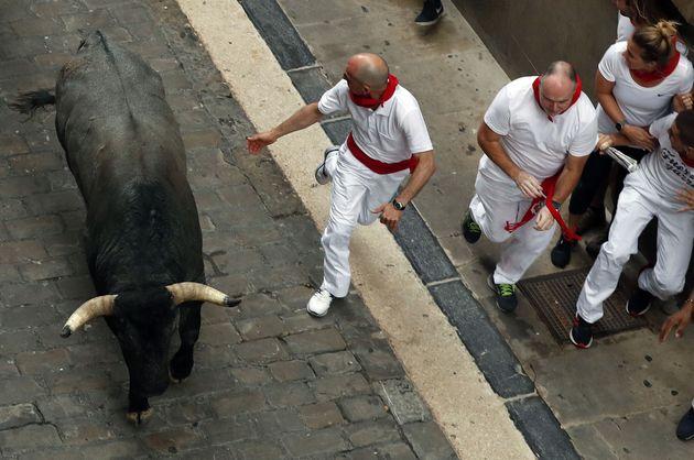 Los toros de José Escolar, famosos por darse la vuelta, corren un tercer encierro rapidísimo en los Sanfermines